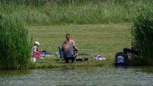 A Völgyhídi horgásztó körül a segítőkkel együtt 100-an lettünk 8 órára. Az etetés után elkezdődött a verseny. A verseny közben folyamatos mérlegelés volt.