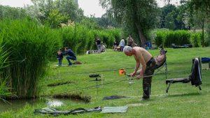 A tó körül a segítőkkel együtt 100-an lettünk 8 órára. Az etetés után elkezdődött a verseny. A verseny közben folyamatos mérlegelés volt.