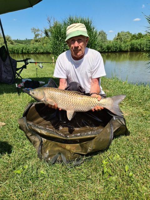 A horgászversenyen a legnagyobb halat (6.1 kg-os amúrt) Vörös Gyula fogta.