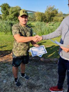 A szombat éjszakai első páros horgàszverseny sikeresen lezajlott, az összfogás 736.05 kg lett. Az első helyen 139.55 kg fogàssal Farkas Richàrd ès Csóka Róbert végzett. A màsodik helyet 74.55 kg-al Zsigmond Mihàly ès Szanyi Nagy Zsolt szereztèk meg, a harmadik pedig 51.8 kg-al Horvàth Attila és Szabó Andràs lettek. A legnagyobb halat, egy 8.2 kg-os amúrt, Csóka Róbert ès Farkas Richárd fogtàk. Nagyon gratulálunk a helyezetteknek ès a győztesnek.