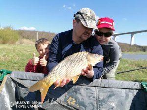 Az egész család örömét leli a horgászatban a Völgyhídi Tavakon